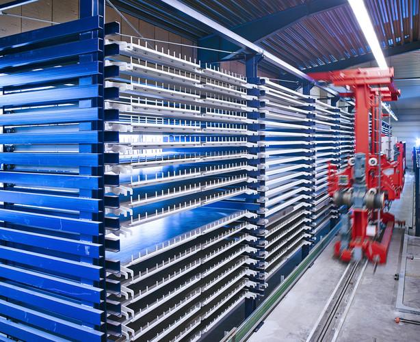 Eine Maschine in einem Lager für Blechverarbeitung
